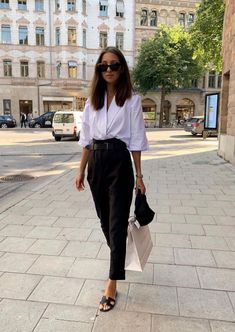 A Definitive Guide to Minimalist Style + 10 Minimalist Looks To Try. This post has ideas for the perfect casual outfit, business outfit, or work outfit. Outfits Minimalist Fashion Doesn't Have to Be Boring: 10 Looks To Try In Summer 2020 Summer Work Outfits, Casual Work Outfits, Mode Outfits, Work Casual, Fashion Outfits, Fashion Fashion, Summer Business Outfits, Summer Work Fashion, Outfit Work