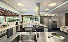 Selecionamos oito fotos de cozinha que possuem ilha. Estes são projetos já publicados nas páginas de CASA CLAUDIA ou no CasaPRO, nossa comunidade de arquitetos e designers de interiores