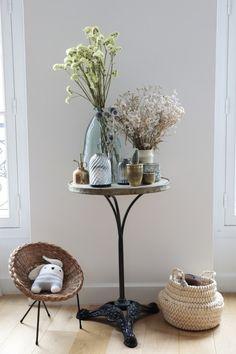Table Bistrot // © Hellø Blogzine // Home Tour Valentine Richardson Dulux Valentine, Style Parisienne, Interior Plants, Blog Deco, Vase, Beautiful Interiors, Candles, Home, Living Room