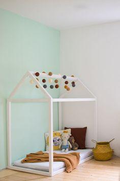 Bauanleitung für das eigene Hausbett! Hast Du Lust Dein eigenes Kinderbett zu bauen? Hier findest Du die Anleitung zum Selbstbauen eines Floor Beds für das Kinderzimmer. Die perfekte Idee aus Holz ein eigenes Bett zu bauen.