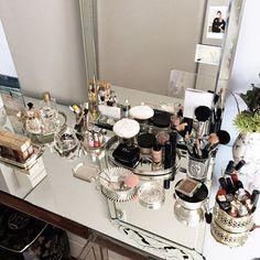 Makeup table goals Barbara Migliori - o melhor de ficar hospedada na Ba é poder usufruir dessa penteadeira tão linda! Amo como ela organiza as coisas... E como ela é editada!! Vic Ceridono | Dia de Beauté