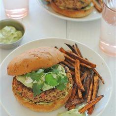 Healthy chicken-quinoa burgers with an avocado-yogurt sauce! Get it.
