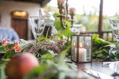 Estos tonos, combinados con los verdes apagados de la vegetación, trasmiten una sensación muy natural y relajada. Las butacas añil junto a la mesa resaltan junto a la madera oscura de una forma vibrante e iluminan la posición. Los colores secundarios como el melocotón o el blanco puro sirven para hacer de puente entre los matices más oscuros y los más claros y así dar armonía al conjunto. #boda #elopement #editorial #inspiración #mesa #banquete Planners, Color Secundario, Editorial, Table Decorations, Natural, Home Decor, Shape, Dark Hardwood, Banquet