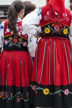 Portuguese Costumes Folk Clothing, Clothing And Textile, Art Costume, Folk Costume, Portuguese Culture, Portuguese Food, Costumes Around The World, Folk Dance, Ethnic Dress