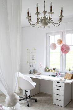 Inspiration und Ideen für ein Mädchen Kinderzimmer Makeover in Weiß, Rosa und Grau. Schreibtischecke, Himmelbett und Sofaecke!