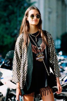 O kimono, peça que deixa qualquer look mais interessante no ato. Além de tudo, o kimono é super versátil e pode ser incluído em looks dos mais diversos estilos. Amamos essa proposta rocker que Gizele Oliveira criou!