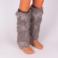 Космати гети - калци, меки, топли и ефектни, изработени от еко-косъм в сив цвят, с дължина до коляното. В горната част са с ластик, който не позволява смъкване. Стилен аксесоар за студените зимни дни, който може да комбинирате с пухкав елек, гривни или шапка, и ще изглеждате чудесно.