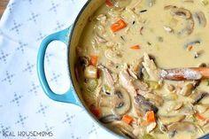 Hustá krémová polévka plná zeleniny, žampionů a kuřecího masa. Skvěle zasytí i ty největší hladovce. Ideální alternativa k rychlému, ale výživnému obědu. Ingredience  1/4 hrnku másla 1/2 velké cibule, nasekané 3 střední mrkve nakrájené na kostky 240 g žampionů nakrájených na plátky 3 st