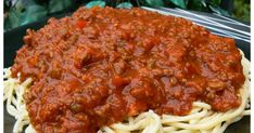 Voici une autre TRÈS EXCELLENTE sauce à spaghetti que mon chum nous à cuisinée. La recette provient du blog, Pour le plaisir de bien manger... Chum, Spaghetti Sauce, Smoking Meat, Vinaigrette, Voici, Crockpot, Food To Make, Food And Drink, Pizza