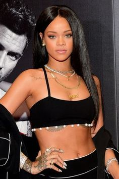 Rihanna's most favorite hair styles and hair models are here. Which hair styles does the renowned rihanna use?Everything you wonder about rihanna is here. Mode Rihanna, Rihanna Riri, Rihanna Style, Rihanna 2014, Rihanna Makeup, Rihanna Ponytail, Young Rihanna, New School Hip Hop, Bad Gal