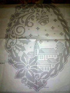 Schemi gratis da realizzare a Filet Punto Croce Maglia Uncinetto e Ricamo ideen weihnachten deckchen Embroidery Hoop Crafts, Embroidery Hearts, Christmas Embroidery, Holiday Crochet Patterns, Crochet Stitches Patterns, Doily Patterns, Crochet Table Runner Pattern, Crochet Tablecloth, Crochet Doilies