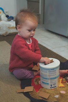 Een plastic doos waar vormen uit zijn gesneden, waarin het kind figuren kan steken. Je kan het vergelijken met een blokkenstoof.