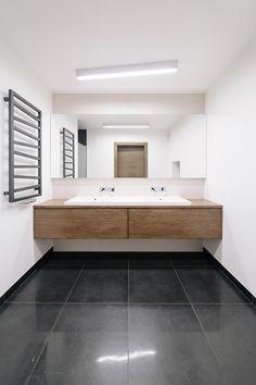 Miniamlistyczna łązienka, czarno-biała lazienka, drewno w łazience. Zobacz więcej na: https://www.homify.pl/katalogi-inspiracji/24768/homify-360-naturalne-i-minimalistyczne-wnetrza-domu-spod-lodzi