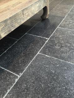 In deze mooi verouderde natuursteen vloer zijn nog miljoenen jaren oude fossielen te ontdekken. De tegels kunnen niet alleen in de woonkamer of keuken worden toegepast, maar ook buiten onder de overkapping. Bekijk hem bij Nibo Stone in Venlo of Vianen.