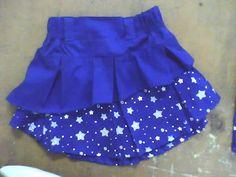 falda con pliegues internos de dos piezas con elástico en pretina y diseño asimetricos contrastados en costado