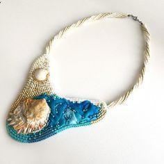 Exkluzivní náhrdelník je vytvořený časově velice náročnou technikou korálové výšivky. Střed šperku tvoří mušličky nalezené na pláži ve Španělském Calafellu. Mušličky jsou obšity japonskými korálky TOHO v odstínech béžové, bílé, krémové, modré a tyrkysové. Ve šperku je také použito originální ručně barvené hedváví, které krásně doplňuje celek, který znázorňuje pláž a moře. Beaded Bracelets, Jewelry, Fashion, Moda, Jewlery, Jewerly, Fashion Styles, Pearl Bracelets, Schmuck