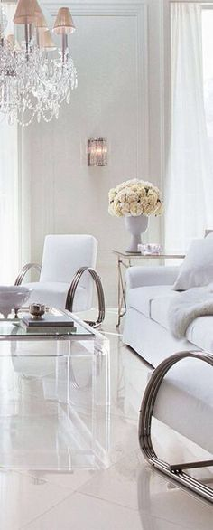 Like a brilliant filmmaker, Ralph Lauren conceives meticulously detailed stories. For 30 years, his home collections have allowed us to share his imaginative vision Clean Living Room, Home And Living, Living Spaces, Living Rooms, White Rooms, White Houses, White Decor, Elle Decor, Home Collections