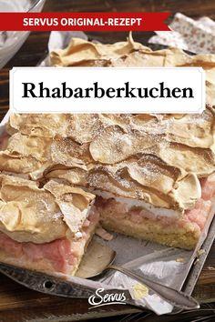 Fruchtiger Genuss, der nach Frühling schmeckt, wartet hier unter einer süßen Schneehaube. Ein einfacher, aber köstlicher Rhabarberkuchen mit Baiserhaube. #rhabarberkuchen #rhabarber #servusrezept
