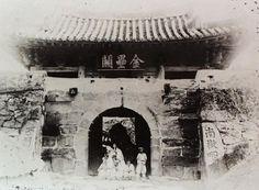 Busan West Gate 부산진성 서문의 사진으로 「남요인후」「서문쇄약」의 석주가 보이는데 석주가 기울여져 있음을 알 수 있습니다.