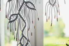 Helmihytti: DIY – Macrame curtains with asymmetrical vine pattern – English translation Macrame Earrings Tutorial, Macrame Tutorial, Earring Tutorial, Macrame Wall Hanging Diy, Macrame Curtain, Macrame Owl, Macrame Knots, Leaf Curtains, Half Hitch Knot
