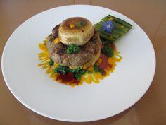 Hamburger de boeuf avec champignon et còte de bette verte et sauces de  vin rouge et de carottes /Gino D'Aquino