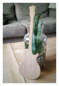 Petite guitare en bois (réplique de Gibson Les Paul) faite pour que mon fiston se familiarise avec, moi qui n'a été qu'un piètre guitariste dans ma jeunesse... :)