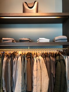 Tired of having a messy closet? Why not try some of our quick closet organization ideas and turn that cluttered space into a stylish bedroom closet you can feel proud of. Home Decor Items, Cheap Home Decor, Home Decor Accessories, Luxury Homes Interior, Home Interior, Interior Plants, Best Closet Organization, Organization Ideas, Storage Ideas