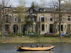Een fluisterboot op de Grote Gracht in Zutphen