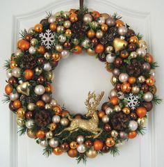 Weihnachtlicher Kugelkranz mit einem Hirsch