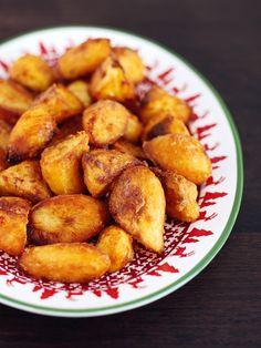 Perfect Roast Potatoes by Nigella Lawson. You'll Need: goose fat, yukon potatoes, and semolina. Roasted Potato Recipes, Roasted Potatoes, Cooking Roast Potatoes, Gordon Ramsay Roast Potatoes, Sunday Roast Potatoes, Goose Fat Roast Potatoes, Perfect Roast Potatoes, Oven Roast, Atkins