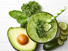 Green Smoothies are packed with fiber, protein and other essential nutrients. Try these easy tips to make vegetable healthy breakfast smoothies. Yummy Smoothie Recipes, Yummy Smoothies, Fat Burning Smoothies, Weight Loss Smoothies, Healthy Snacks, Healthy Recipes, Healthy Fats, Healthy Skin, Diabetic Snacks