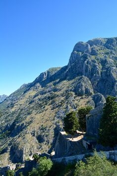 Views from the city wall - read now all about our hike up the old Kotor city walls (Montenegro)