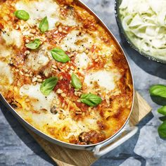 Den här krämiga lasagnen med rostade pinjenötter på toppen tar verkligen upp kampen med den traditionella.