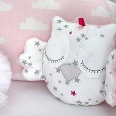Petite chouette ou hibou endormi pour lit de bébé, grise et rose