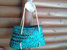 Kete kikorangi Flax Weaving, Basket Weaving, Woven Baskets, Respect Images, Hawaiian Crafts, Maori Designs, Maori Art, Kiwiana, Kite