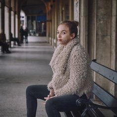 just chillin' — the way Villanelle sits. Fashion Tv, Love Fashion, Autumn Fashion, Fashion Outfits, Black Widow Movie, Jodie Comer, Fluffy Coat, Gone Girl, Love