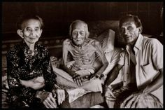Bali 1977 the painter I Gusti Nyoman Lempad, his second wife and his son, Sumung; Lempad was about 115 years of age Ubud Palace, Bali Painting, Traditional Sculptures, Indonesian Art, Dutch East Indies, Book Launch, Balinese, Best Wordpress Themes, Vintage Pictures