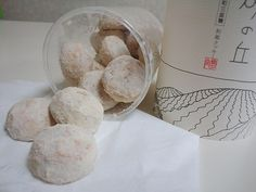 Food-souvenirs_Tottori Suna no Oka_Tottori est célèbre pour ses dunes de sable, de sorte que vous devrait certainement chercher Suna no Oka comme un souvenir. Ceci est un cookie de style japonais fait avec du beurre fermenté et sans additifs. La poudre, fait pour ressembler à du sable, est fait avec du sucre japonais. Il est pas trop sucré, ce qui rend très populaire.