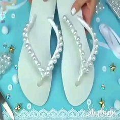 Chinelo com pérolas Crochet Shoes, Crochet Slippers, Beaded Shoes, Beaded Jewelry, Decorating Flip Flops, Diy Crafts Hacks, Shoe Pattern, Clothing Hacks, Handmade Crafts