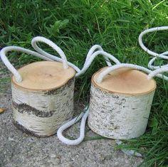 Houtblokjes nemen en maak 2 gaatjes erin en een touw erdoor zodat je op de houtblokjes kunt stappen.
