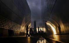 """La gente visita el """"Empty Sky memorial"""" al amanecer del otro lado del Bajo…"""