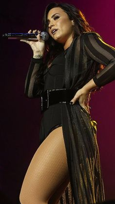 Demi Lovato se apresenta no Z Festival Selena Gomez, Look Festival, Gorgeous Women, Beautiful, Sexy Legs, Big Legs, Girl Crushes, Role Models, Celebs