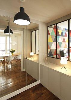 Grand miroir sur les portes du placard pour agrandir l'espace // Mirror on the cupboard doors to make the room bigger