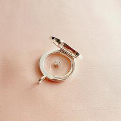 Charm Trèfle à quatre feuilles Finition : Argent 925 Dimensions : 4,5 x 4,5 x 1,5 mm Délais de livraison estimés : 3 à 5 jours ouvrés par colis suivi Retours possibles avant 15 jours à partir de la date de livraison dans l'emballage d'origine Pour l'entretien des bijoux, vous pouvez consulter nos conseils d'entretiens figurant en bas de page Date, Dimensions, Bracelet Watch, Gemstone Rings, Charmed, Gemstones, Bracelets, Accessories, Jewelry