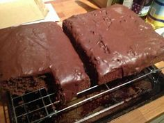 Due to popular demand here is the recipe for Mary Berry's Chocolate Tray Bake (from the Mary Berry Ultimate Cake Book). The icing can be difficult to make just because of the amount of icing sugar,. (cake making mary berry) Tray Bake Recipes, Baking Recipes, Dessert Recipes, Baking Desserts, Food Cakes, Cupcake Cakes, Rose Cupcake, Baking Cakes, Chocolate Traybake