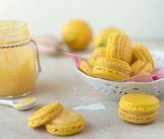 Het recept voor heerlijke, zacht zoete, lemon curd macarons. Een stap voor stap recept hoe je deze macarons zelf thuis kunt maken.