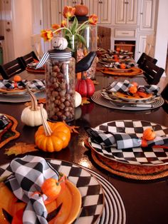 Find a better way to decorate your table for Halloween Parties. A variety of different Halloween party table styles to choose from . 26 Halloween party Table Decorations ideas for you. Spooky Halloween, Décoration Table Halloween, Halloween Table Settings, Halloween Table Decorations, Thanksgiving Table Settings, Theme Halloween, Halloween Projects, Holiday Tables, Decoration Table