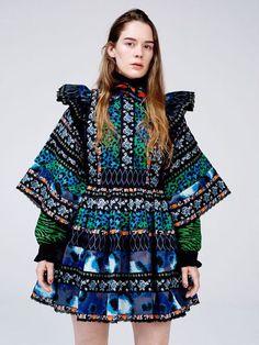 KENZO x H&M 「H&M」は、「ケンゾー(KENZO)」とコラボしたコレクション「ケンゾー×H&M」の最新ルックを公開した。高田賢三「ケンゾー」創設者が得意としたプリントを施した民族調のリボンドレスを、フレッシュに解釈したワンピースだ。鮮...