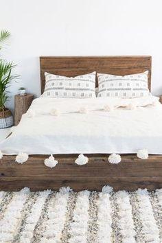 Jolie parure de lit blanche à pompons assortie de coussins ethniques #pompongirl…