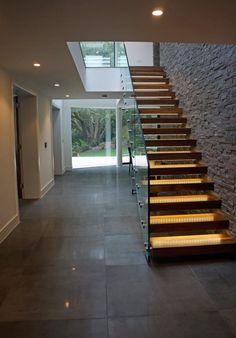 Descubra fotos de Corredores, halls e escadas modernos por David James Architects & Associates Ltd. Encontre em fotos as melhores ideias e inspirações para criar a sua casa perfeita.